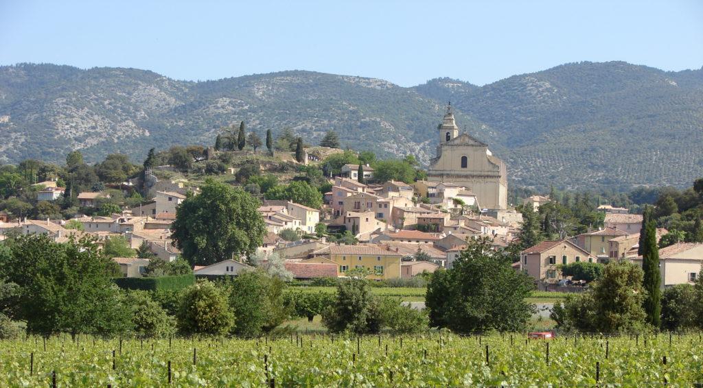 Le village de Bédoin au pied du Ventoux et son église paroissiale Saint-Pierre (XVIIIe s.). © Guy Barruol